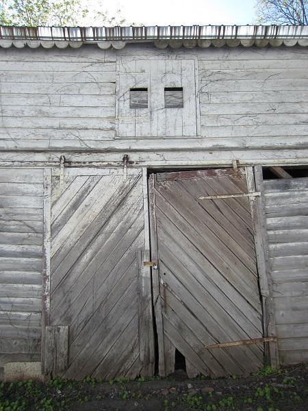 One might ask: why is there a door so high up? Many American farm buildings and stores used pulley systems for storage. Some even used pulley systems to transport animals.